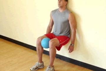 حرکت اسکات با تکیه به دیوار و فشار رانها به هم